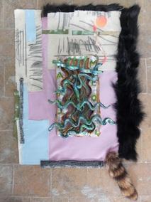 Gabriel Méo, Les ratures et leurs ombres, 2015, céramique émaillée,vernis, fourrure, tissu, 85 x 55 cm