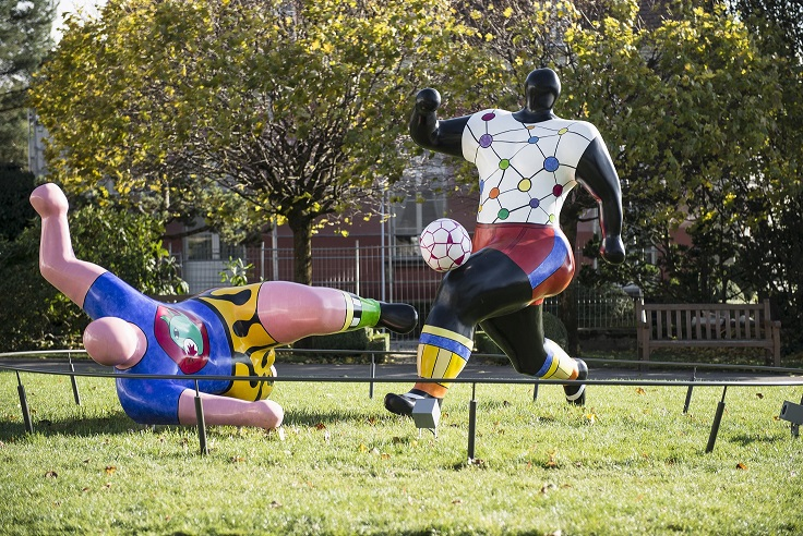 """Musée Olympique, Lausanne, 2013 - Les statues dans le Parc Olympique. """"Les footballeurs"""" par Niki de SAINT-PHALLE, 1993."""