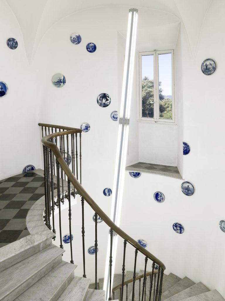 """Assiettes de Delft, 2005 - 2011 Mat lumineux, 2007 Collection LGR Exposition """"Collectionneurs en situation"""" à l'Espace de l'Art Concret. 2011 © François Fernandez"""