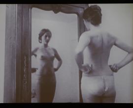 """Chantal Akerman, In the Mirror, 1971-20071 Film 16mm transféré sur support digital, noir et blanc, 14'02''.  Extrait du film """"L'enfant aimé ou je joue à être une femme mariée"""".Direction: Chantal Akerman  Courtesy de la Fondation Chantal Akerman et Marian Goodman Gallery"""
