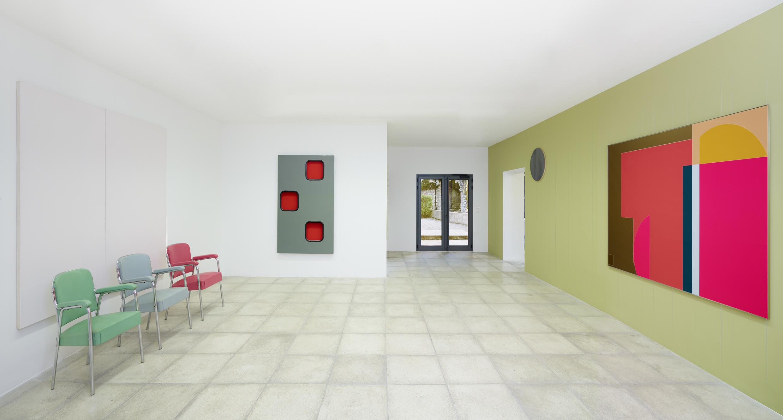 vue de l'exposition Juste à côté, galerie Catherine Issert © François Fernandez