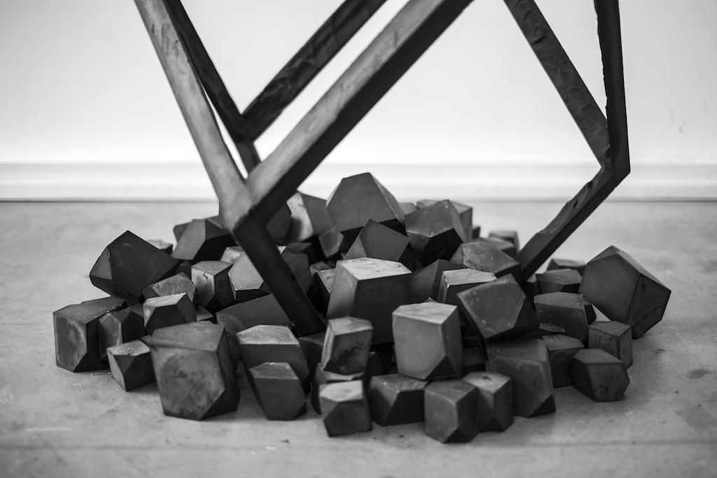 Raphaël Denis Grand élément noir sur tertre Sculpture Plâtre et oxyde de fer 113 x 97 x 97 cm 2016