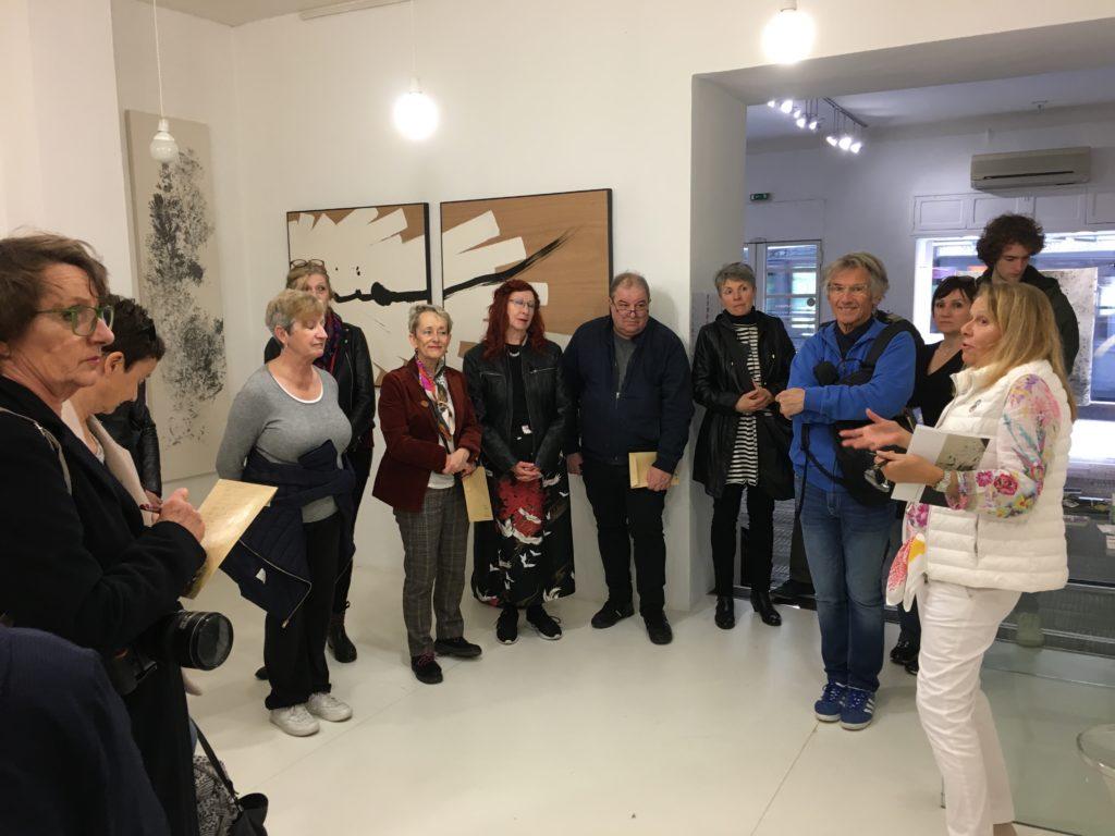 Visite de l'exposition « Universe Symphony » de Caroline Mollanger à la Galerie Helenbeck, par Chantal Helenbeck, directrice de la galerie © Elsa Comiot