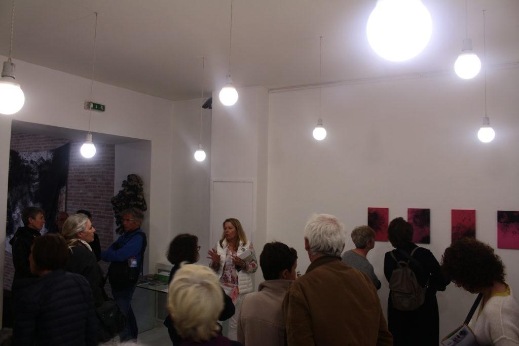 Visite de l'exposition « Universe Symphony » de Caroline Mollanger à la Galerie Helenbeck, par Chantal Helenbeck, directrice de la galerie © Quentin Demongeot