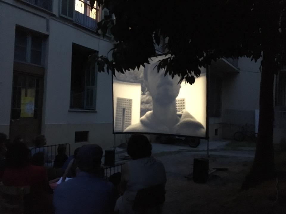 Pour fêter la dixième édition des Visiteurs du Soir organisée par Botox(s), Regard Indépendant dresse son écran blanc dans la cour du Poulailler, espace de co-travail géré par Il était un Truc…, avec une sélection de films en Super 8 tournés-montés parmi ses collections.