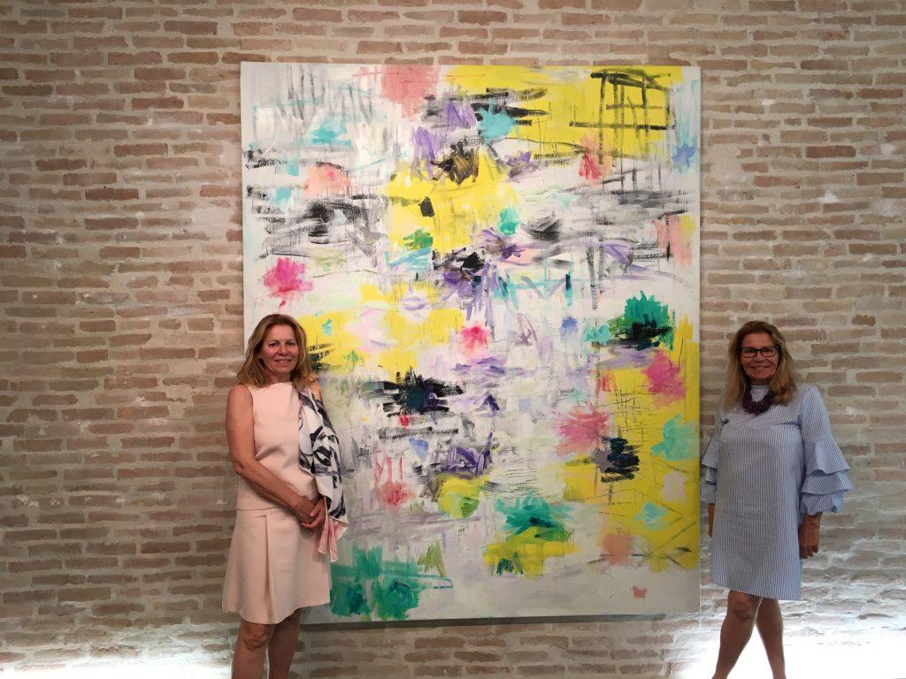 Chantal Helenbeck et sa soeur devant une oeuvre de Louis Cane, pendant les Visiteurs du Soir. Photos © Elsa Comiot