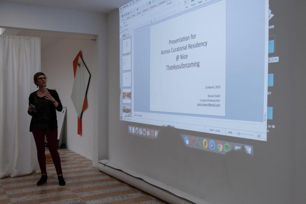 Présentation par Claire Migraine / Thankyouforcoming du programme de résidences curatoriales ACROSS © Philippe Pallanti