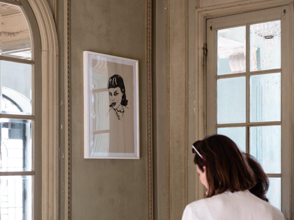 Visite de l'exposition « Cabinet pique-nique, femmes artistes » à la MAISON ABANDONNEE [VILLA CAMELINE], en présence des artistes et des commissaires de l'exposition Hélène Fincker et Jean Dupuy. © Evelyne Creusot