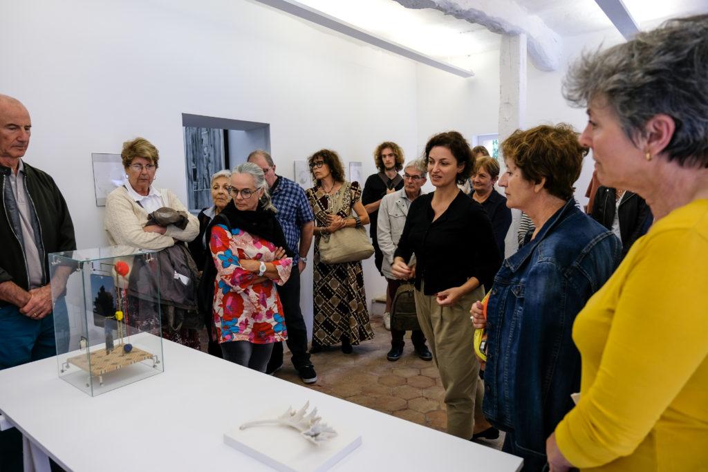 Visite de l'exposition « Comment on marche » à la Galerie Sintitulo, par Cristina Albertini Bahnarel, directrice de la galerie © Evelyne Creusot
