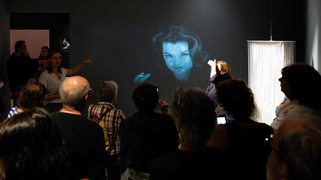 Visite de l'exposition « Le diable au corps. Quand l'Op Art électrise le cinéma » au Musée d'art moderne et d'art contemporain de Nice, par Alix Doyen, médiatrice © Evelyne Creusot