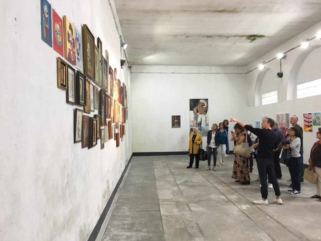 Visite de l'exposition « TOI MEME! » d'Arnaud Labelle-Rojoux et Thierry Lagalla à l' Espace A Vendre, par Thierry Lagalla et Nicolas Vaquier © Elsa Comiot