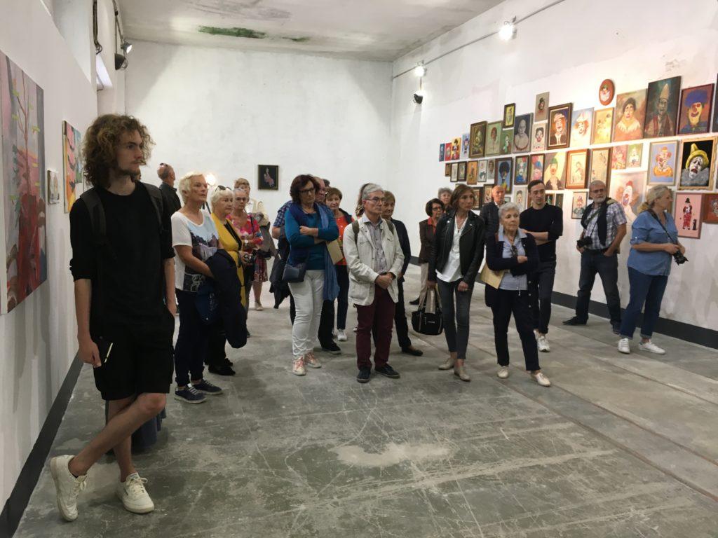 Visite de l'exposition « TOI MEME! » d' Arnaud Labelle-Rojoux et Thierry Lagalla à l' Espace A Vendre, par Thierry Lagalla et Nicolas Vaquier © Elsa Comiot