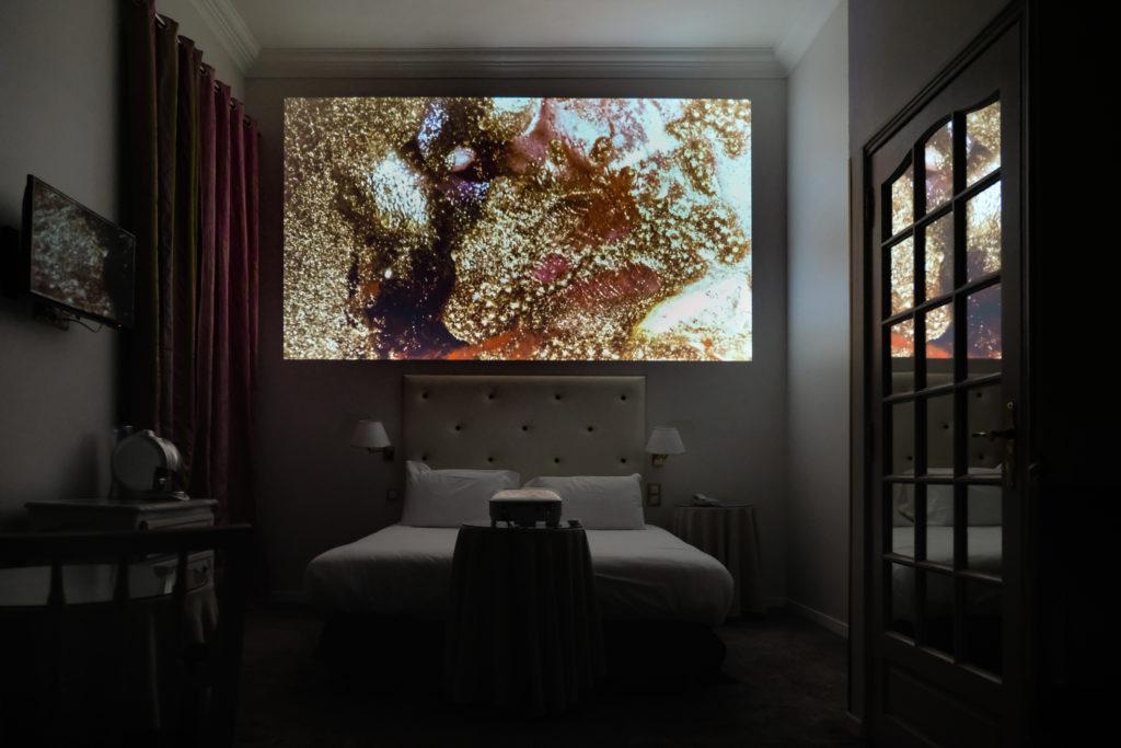 Vidéos à l'Hôtel West End, visite par Bérangère Armand, commissaire d'exposition © Evelyne Creusot