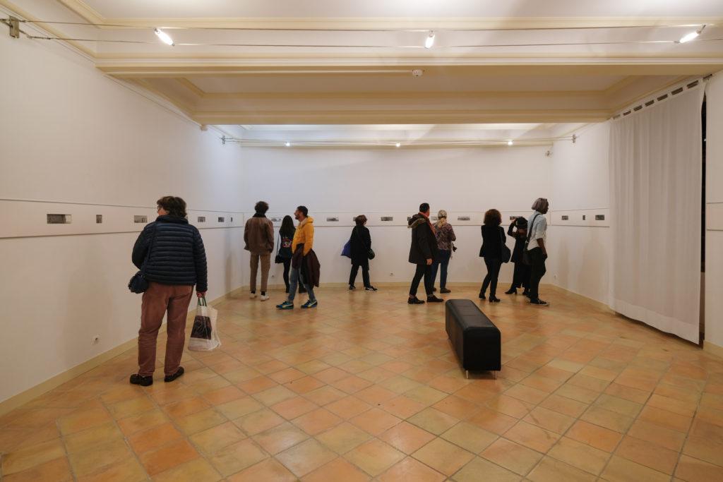 Visite de l'exposition « Les terres proches » de Geneviève Roy au Centre International d'Art Contemporain de Carros, par Frédérik Brandi, directeur du musée, en présence de l'artiste © Philippe Pallanti