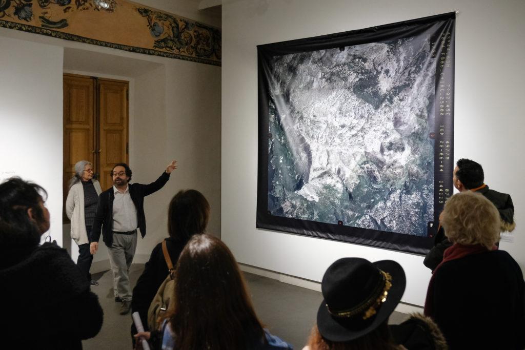 Visite de l'exposition « Les terres proches » de Geneviève Roy au Centre International d'Art Contemporain de Carros, par Frédérik Brandi, directeur du musée, en présence de l'artiste © Evelyne Creusot