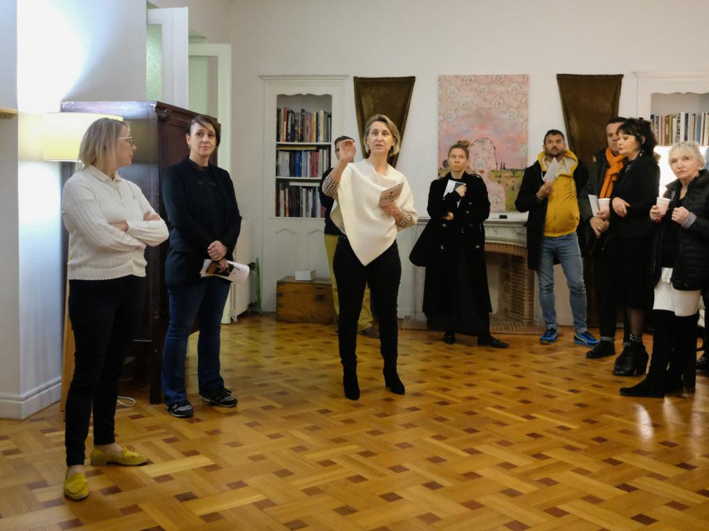 Visite de l'exposition « Draw somewhere else » d'Anne Sophie Viallon à la Moving Art Gallery, par Veronique de Lavenne, directrice de la galerie, en présence de l'artiste © Philippe Pallanti