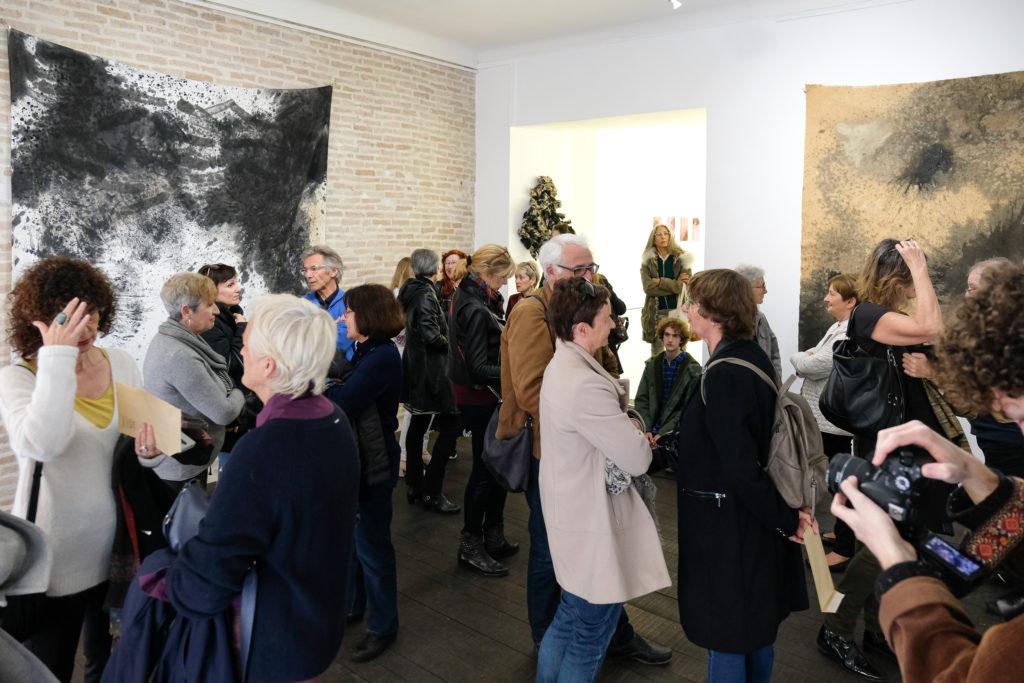 Visite de l'exposition « Universe Symphony » de Caroline Mollanger à la Galerie Helenbeck, par Chantal Helenbeck, directrice de la galerie © Evelyne Creusot