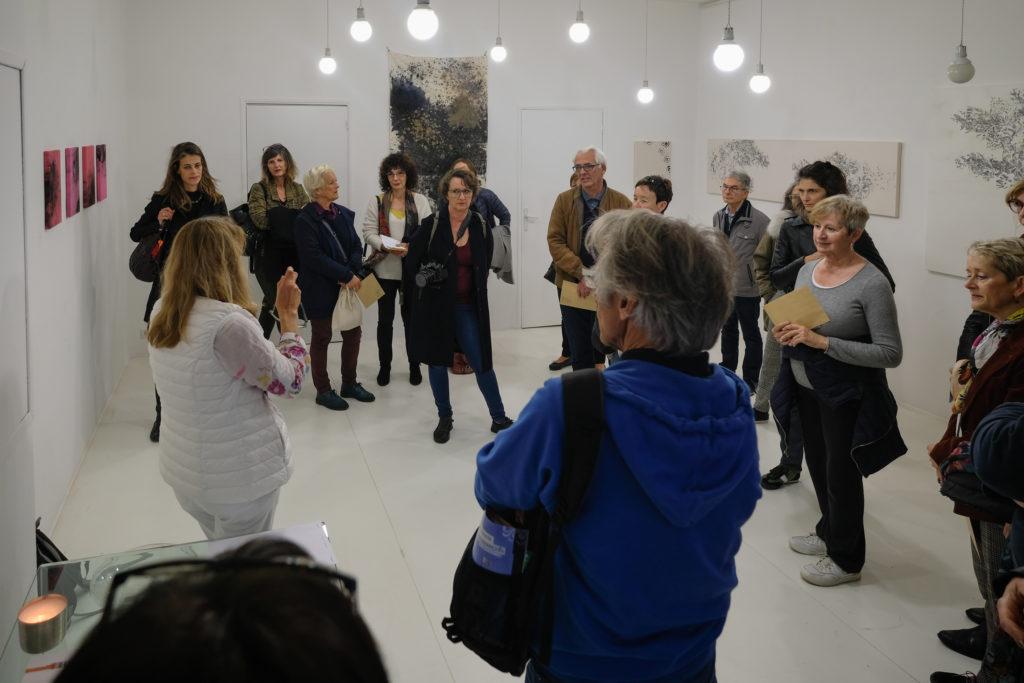 Visite de l'exposition « Universe Symphony » de Caroline Mollanger à la Galerie Helenbeck, par Chantal Helenbeck, directrice de la galerie © Philippe Pallanti