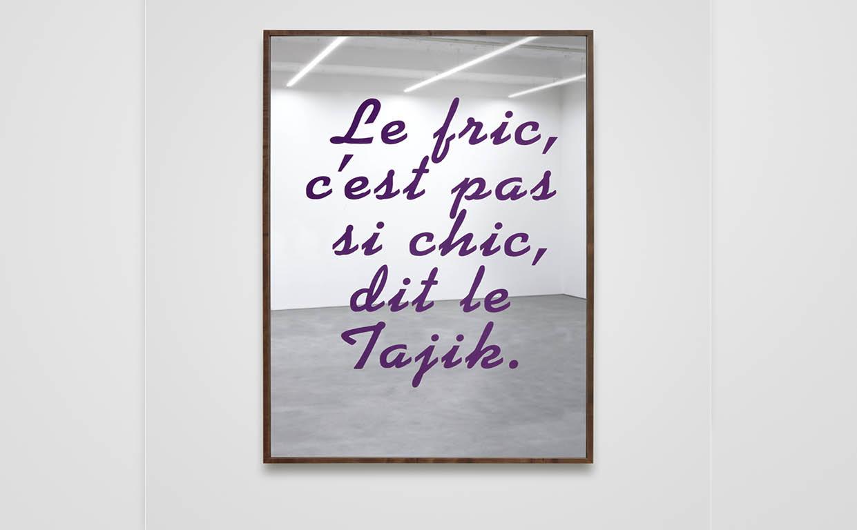 Nations(Le fric, c'est pas si chic, dit le Tajik), 2012, peinture acrylique fluorescente sur miroir inversé, cadre en bois, 160 × 110 cm.