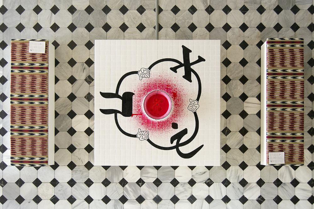 """Reverse Joy(Kha), 2012, pompe à fontaine, pigment, eau, bol en métal, peinture acrylique, carreaux de céramique, MDF, 80 × 240 × 240 cm. Vue de l'installation """"Mouth to Mouth"""" at SALT Galata, Istanbul, 2017. Photo Mustafa Hazneci"""
