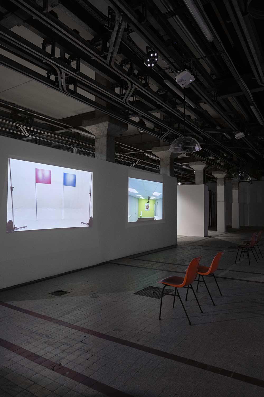 •• Paul Harrison & John Wood, vue d'exposition - Semi automatic painting machine, 2014 - 10 x 10, 2011 © Luc Bertrand