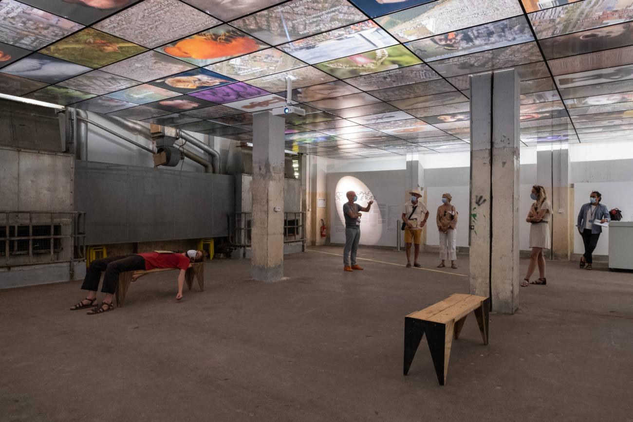 """Exposition """"Os Candangos"""" de Guillaume Linard Osorio, Forum d'Urbanisme et d'Architecture, visite par Yves Nacher, directeur © Philippe Pallanti"""