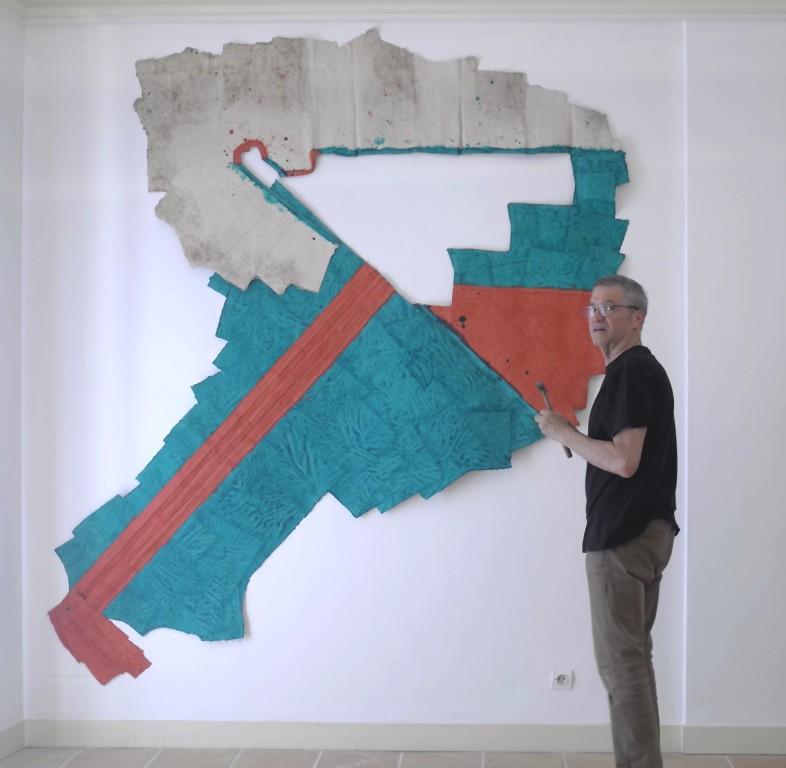 Max Charvolen installant sa pièce à Carros