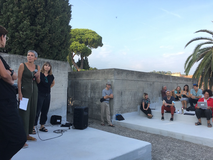 L'Assemblée des Valeurs, 8 et 9 septembre - Villa Arson Assemblée plénière dans l'amphithéâtre extérieur Ambassade des travailleur.euses de l'art © Elsa Comiot