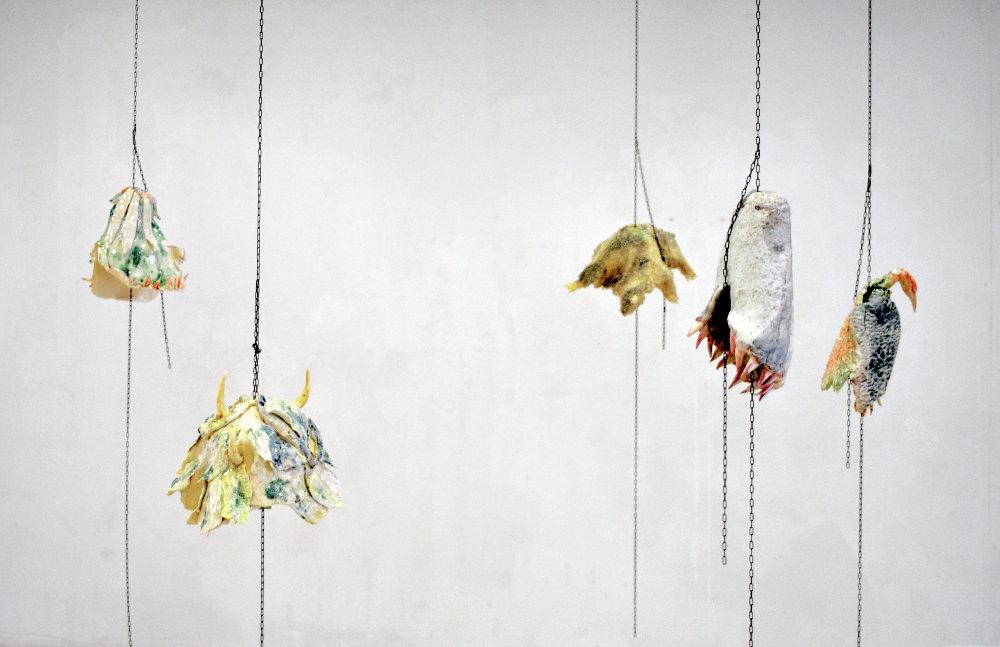 Cloches, série de cinq cloches, 2019, céramique, chaînes, dimensions variable, courtoisie de l'artiste