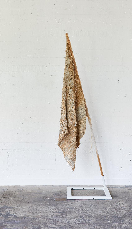 Drapeau territorial, 2017, raphia, argile, bois, 220 cm, Ph. Jean-Christophe Lett, courtoisie de l'artiste